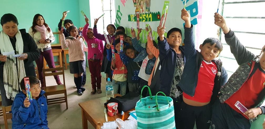 Jedes Kind belommt nach der Untersuchung eine Zahnbürste geschenkt