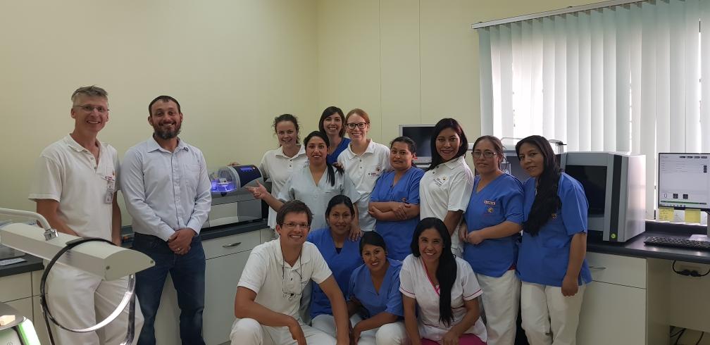 Das ganze Team der Zahnklinik mit Dr. Josh. Vielen Dank für alles, was wir lernen durften!