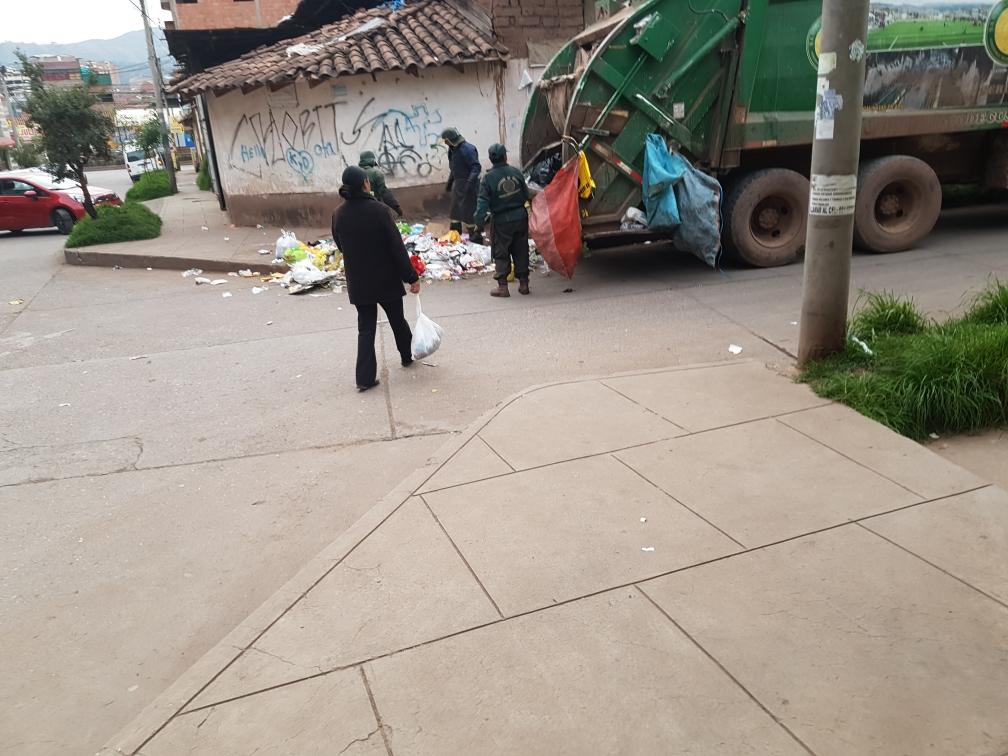 Diese Frau ist vorbildlich: Sie bringt den Müll erst raus, als die Müllabfuhr schon da ist.