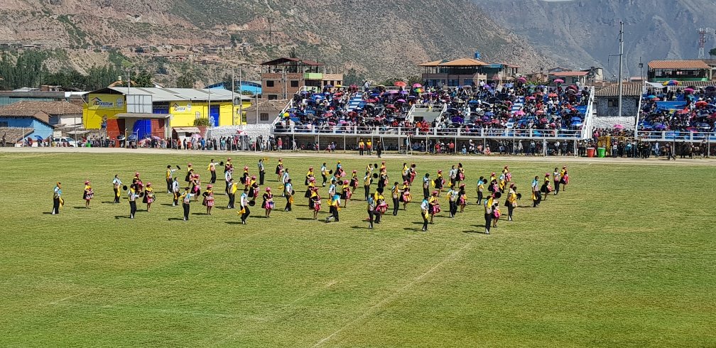 gaben jeweils für 8 Minuten im Stadion von Urubamba Ihr Bestes.