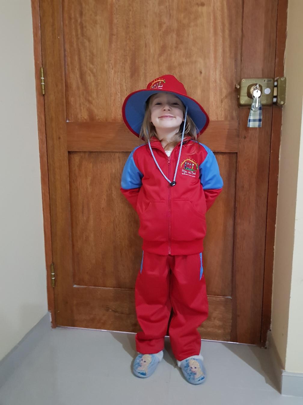 Marta stolz in ihrer Kindergartenuniform.