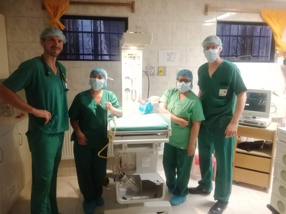 Das Team von Hebamme bis Kinderarzt ist eingetroffen.