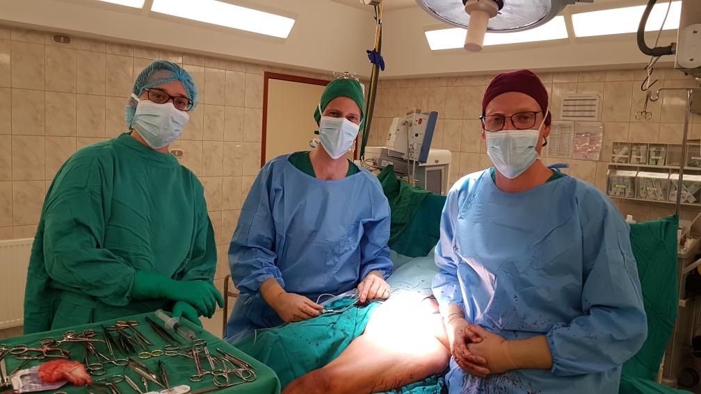 Das OP-Team: OP-Schwester Mechthild, Dr. Tim und Dr. Thomas
