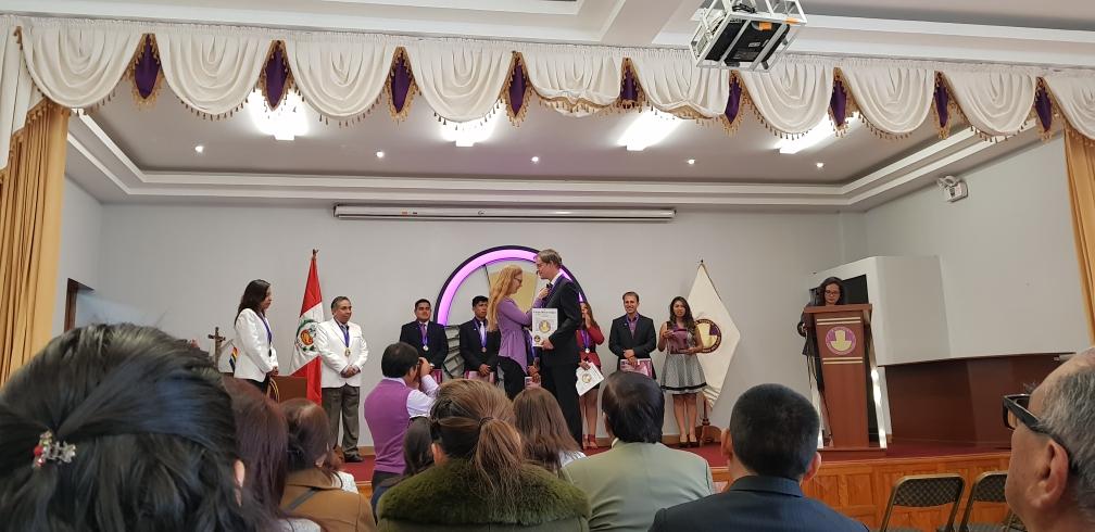 Hanna steckt den offiziellen Pin vom Colegio Medico del Peru an