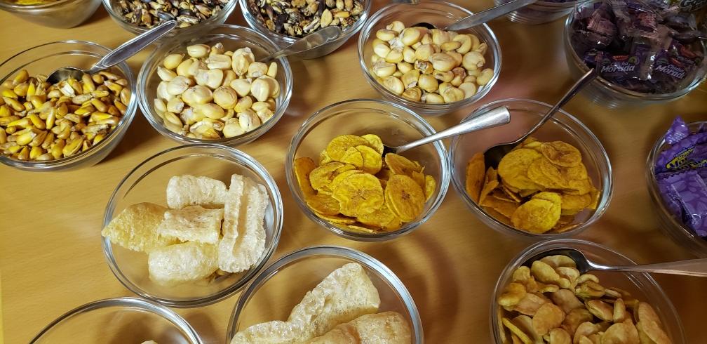 Verschiedene geröstete Maissorten und Chips