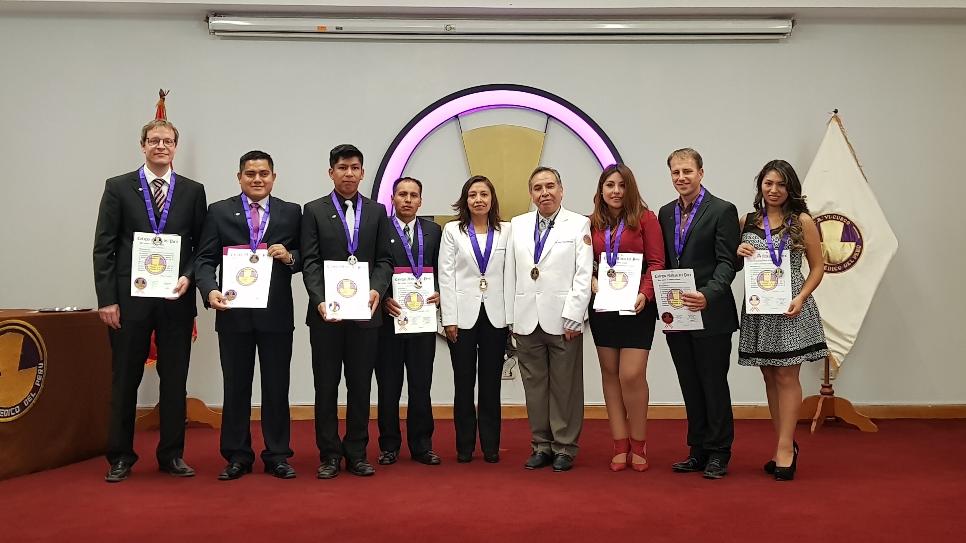 Nach der feierlichen Zeremonie - 7 nagelneue peruanische Ärzte