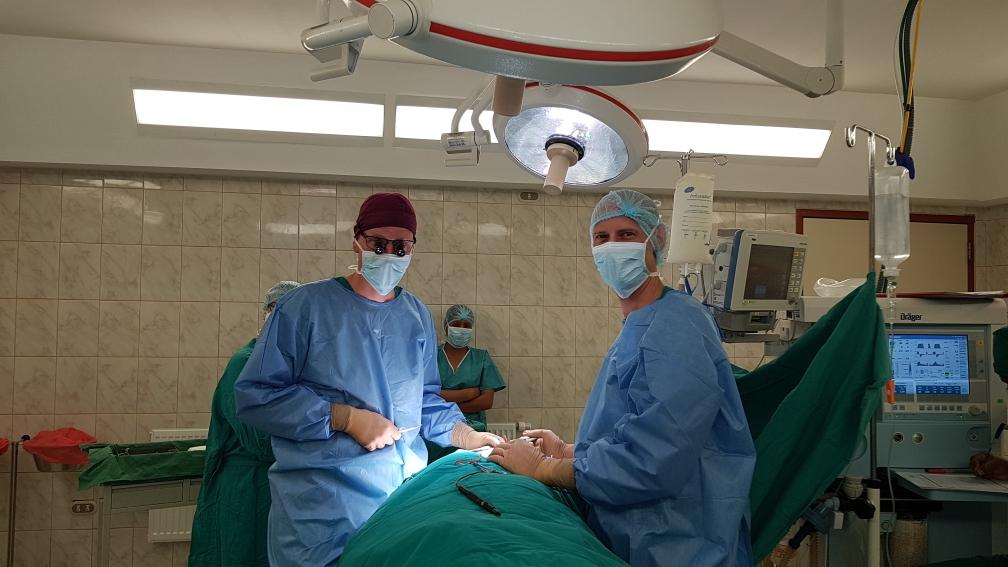 Mit guter Assistenz operiert es sich leichter (links Thomas, rechts Dr. Tim Böker)