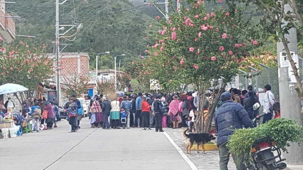 Montag früh: Hunderte von Menschen drängen sich vor dem Eingang zum Hospital.