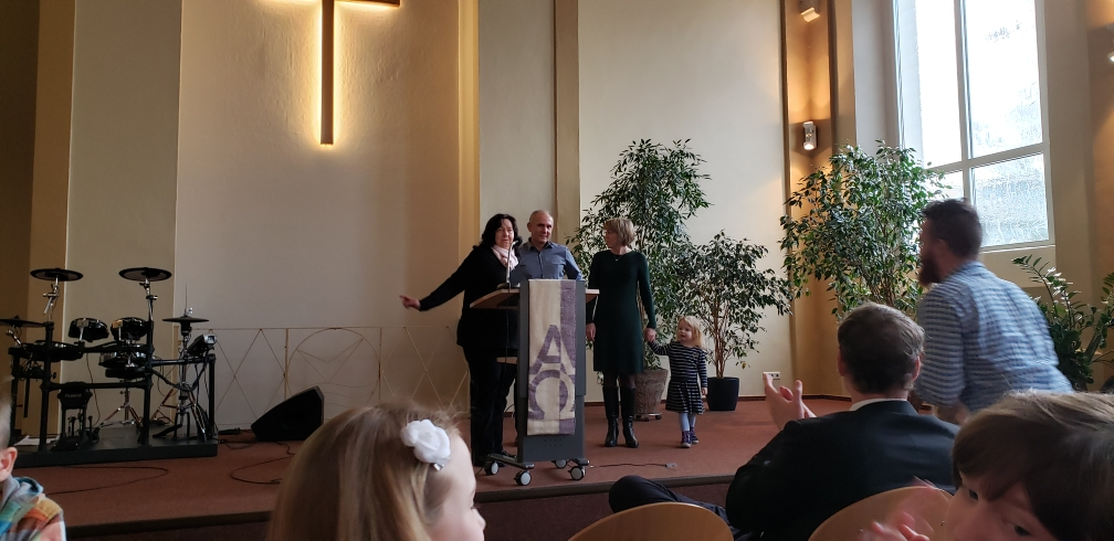Unser Pastoren-Ehepaar wird zu 10 Jahren Dienst in der Gemeinde beglückwünscht