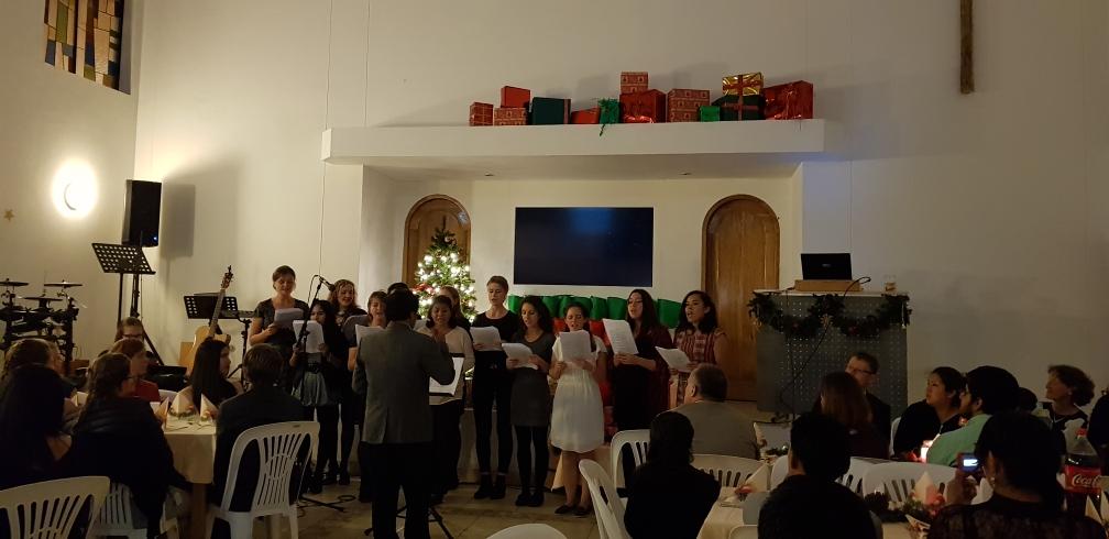 Ein Chor intonierte Weihnachtslieder