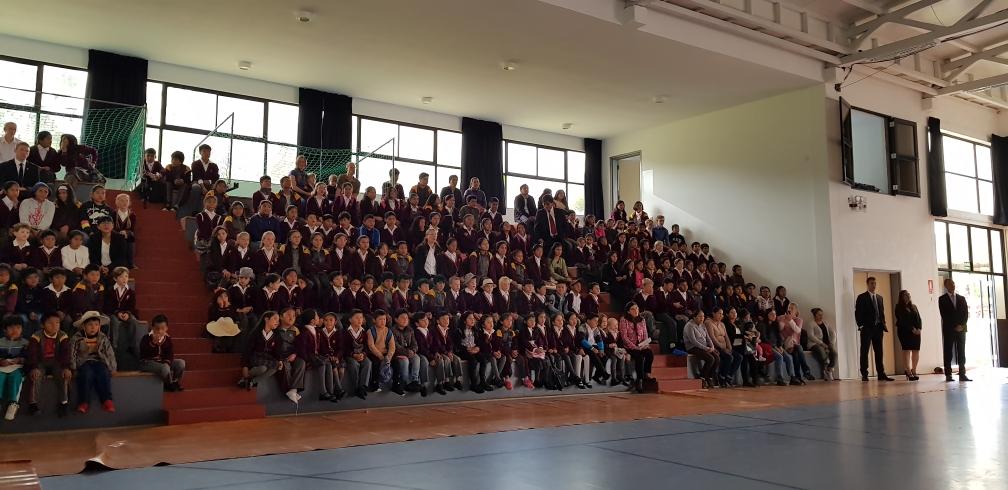 Die Schüler hören gespannt zu