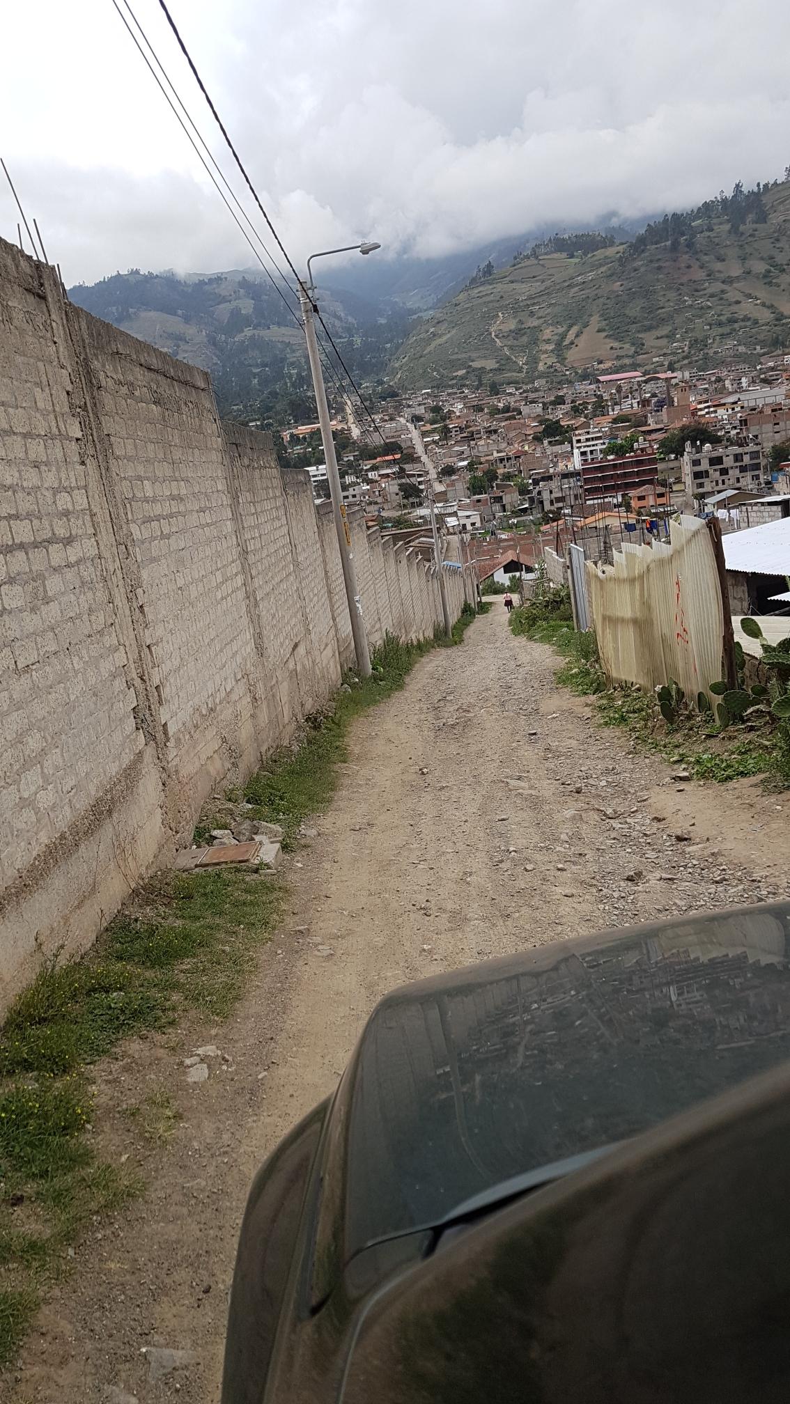Der Weg nach unten zur Panamericana, links befindet sich hinter der Mauer der Friedhof.