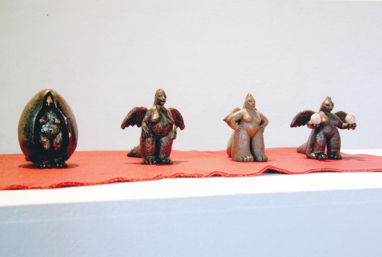"""4 Drachinnen, a """"Ursprung"""", b """"ICH"""", c """"So!"""", d """"Jetzt geht´s weiter"""", Holzofenbrand, 2002, 6 cm"""