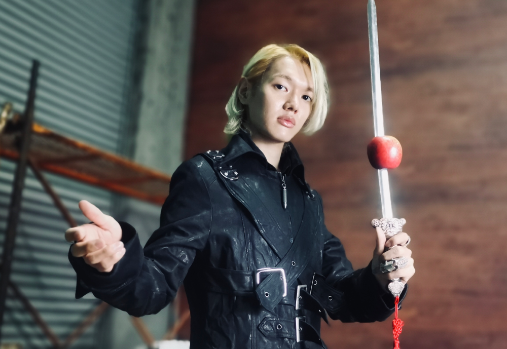 マジシャンRYUHEIがリンゴの刺さった剣を持っている