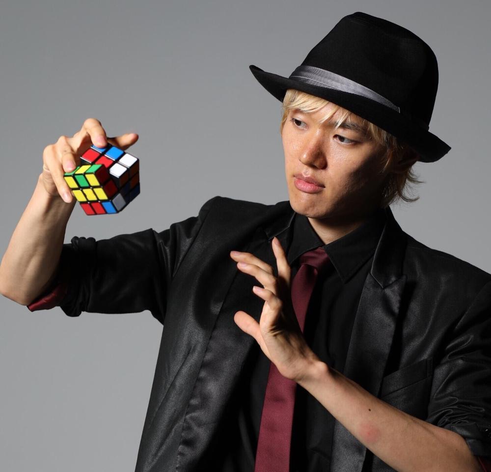 ルービックキューブを持ったマジシャンRYUHEI