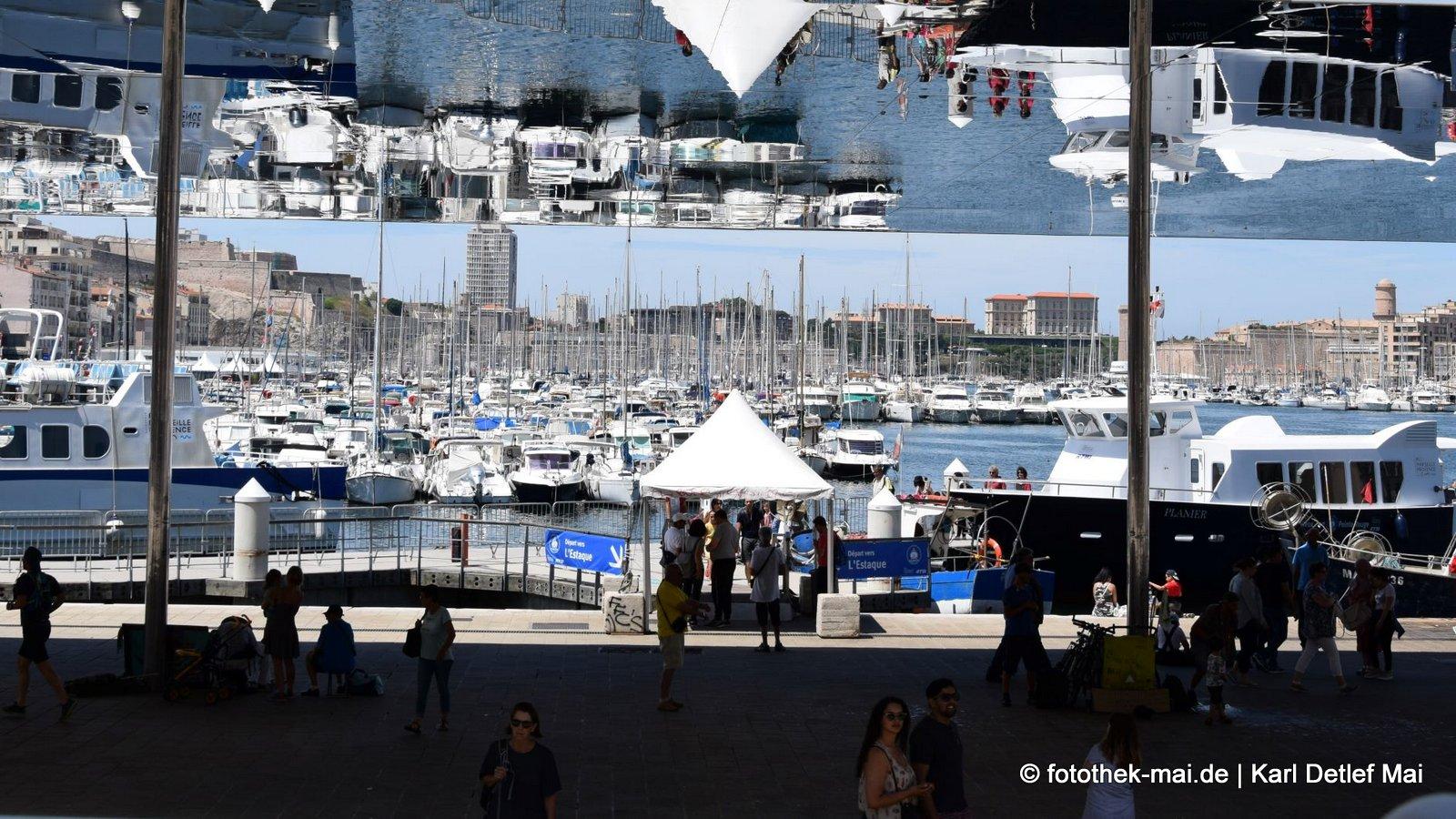 Wem die Decke auf den Kopf fällt // Bespiegelter überdachter Platz im Zentrum von Marseille (F)