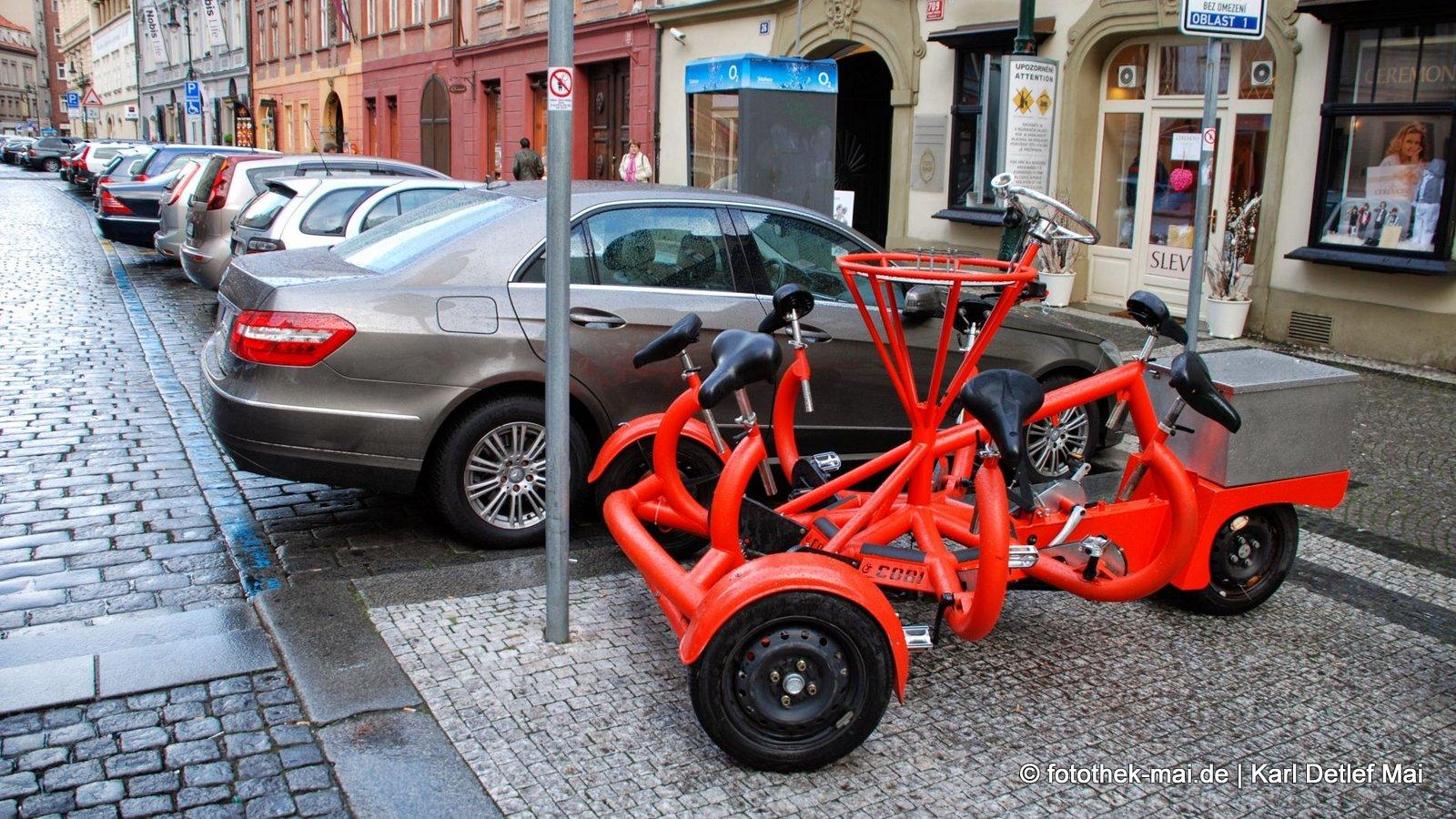 Die Fahrer tanken gerade // Rotes Stadtfahrzeug in Prag (CZ)