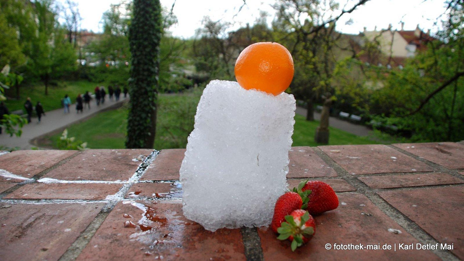 Freude an Kleinigkeiten - Gelegenheits-Obst-Installation // Frühlingsschneeschauer und Obst von Bistro im Castle Steps in Prag (CZ)