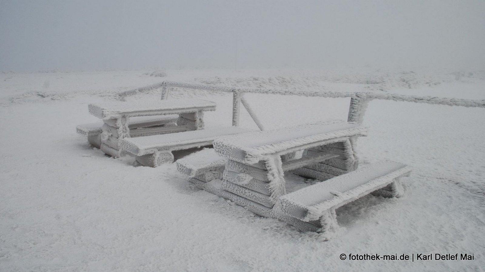 Die Rastplätze wurden kaum benutzt  // Winterwanderweg beim Schlesierhaus (PL)  im tschechischen Riesengebirge (CZ)