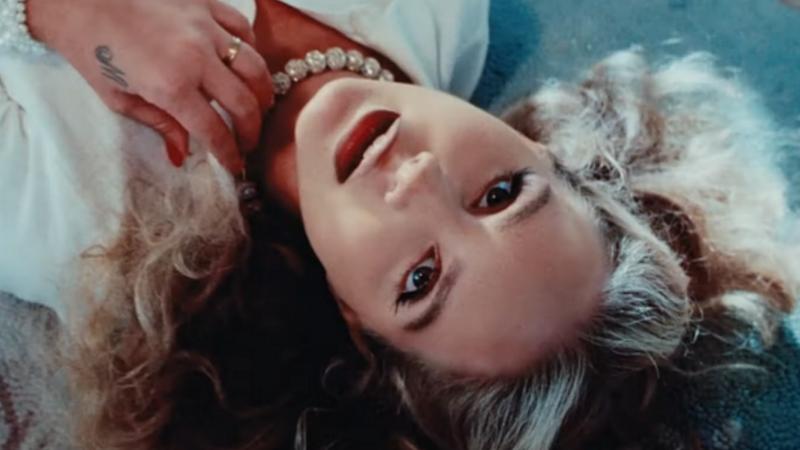 """Lana Del Rey de retour avec le clip de """"Chemtrails Over The Country Club"""" et une date de sortie pour son nouvel album !"""