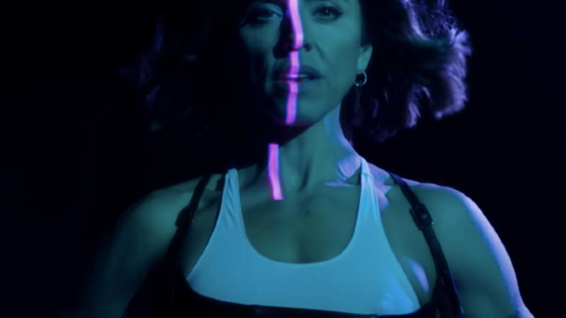 """Melanie C entre ombres et lumières pour son nouveau clip """"Into You""""."""