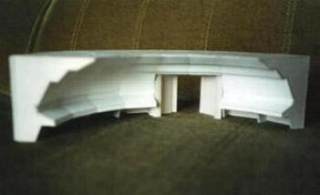 Der aufwendige Rohbau der Haupt-Brücke aus Buchbinderkarton. Die Sichtflächen bestehen aus dünnerem Recycling-Karton.