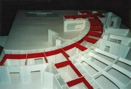 Der erste Anstrich. Die Hauptfarbe der Wände des Bühnensets war weiß. Wollte man ein anderes Ambiente schaffen, wie zb. grüne Wände, wurden diese aus kostengründen durch grünes Scheinwerferlicht bestrahlt.