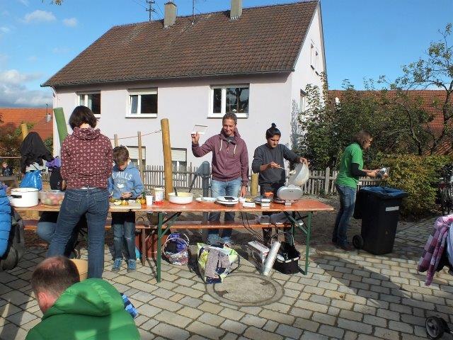 Apfel-Nuss-Fest auf dem Dorfplatz beim Pavillon. Zu sehen ist der Stand an dem es Waffeln mit Apfelmus gibt.