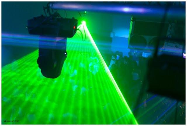 le laser de station dj multicouleur dont le vert