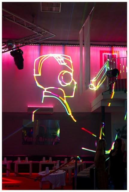 le laser de station dj ecrit et dessine sur les murs avec multicouleur ici a la villa bivona