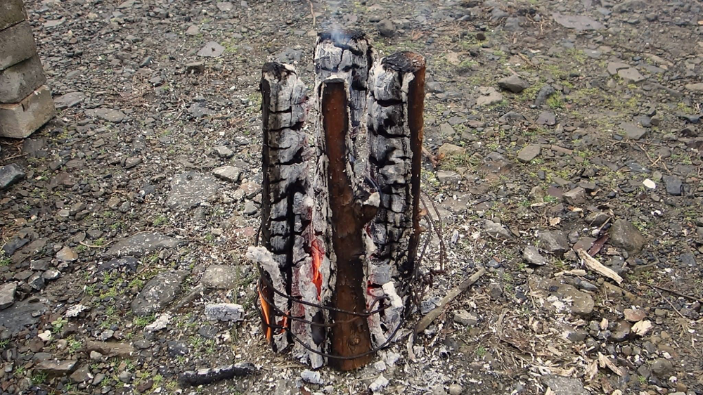 安定して燃焼するため、太い枝は倒れずに燃え続けますが、鍋などは降ろした方がいいでしょう。