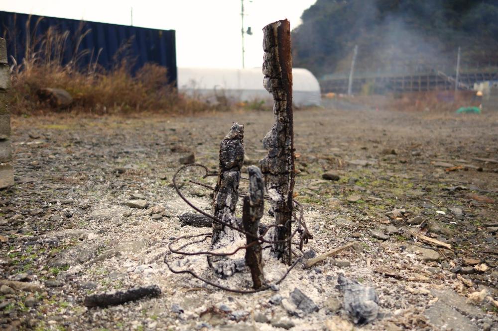 ほぼ燃え尽きました。できれば枝トーチは周りが明るい間に複数作り置きしておくと安心して夜を迎えられます。