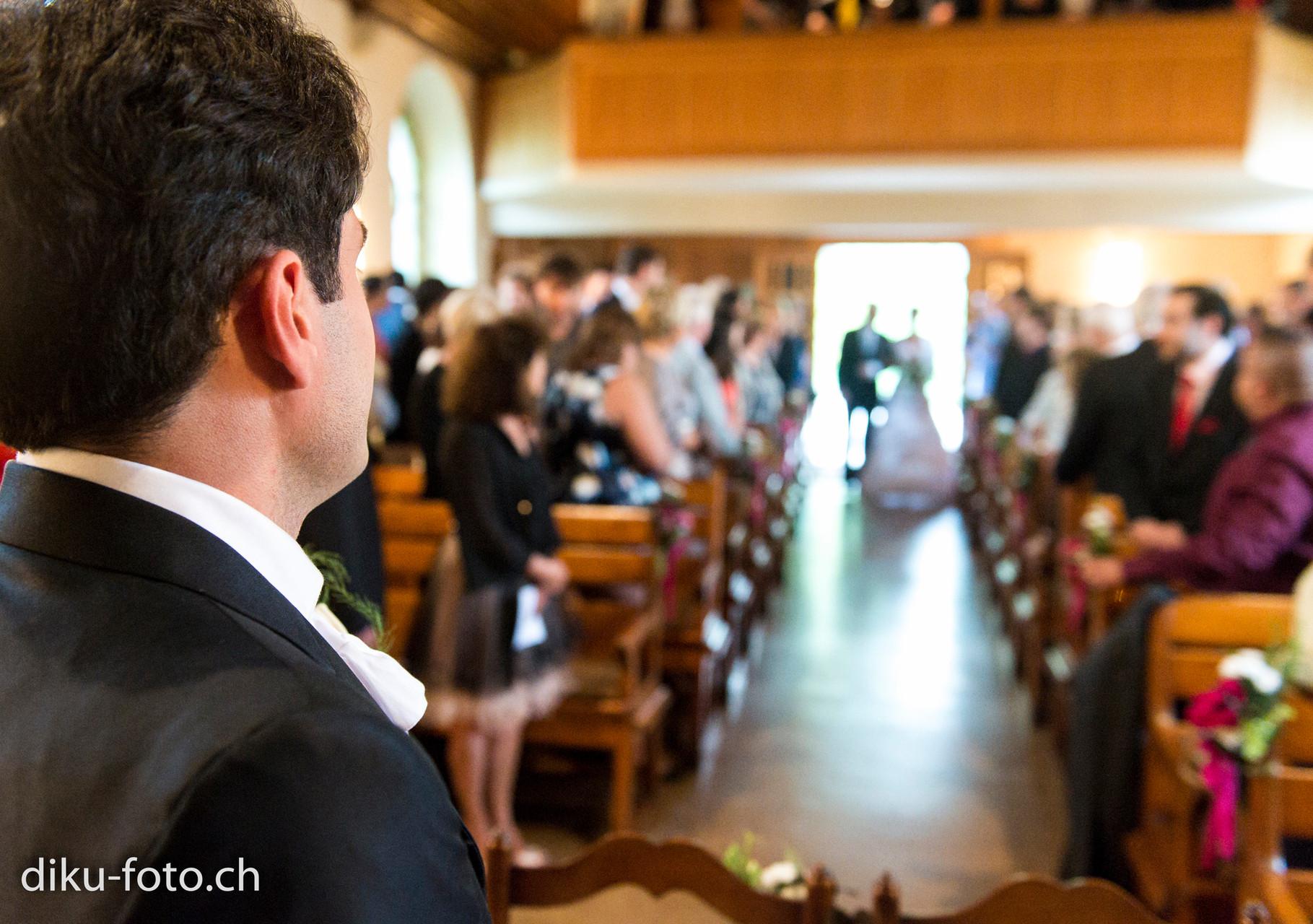 Bräutigam warten auf die Braut in der Kirche