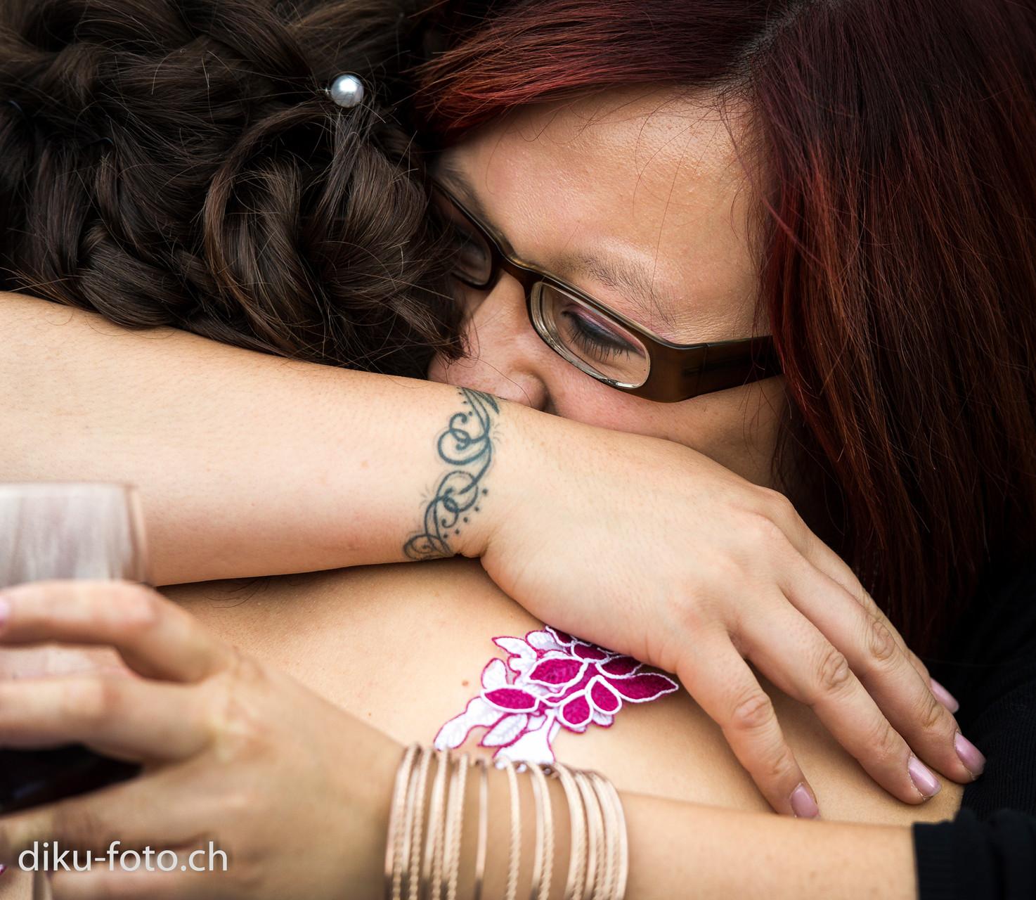 Emotionale Umarmung der Braut durch beste Freundin
