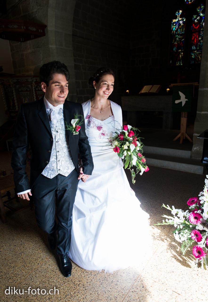 Brautleute verlassen die Kirche