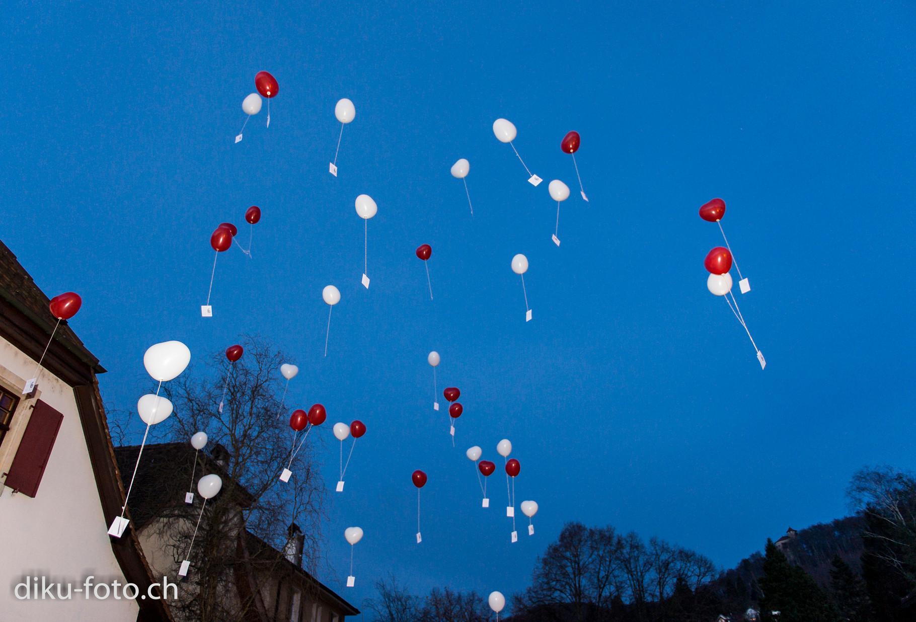 Ballone steigen in den Abendhimmel
