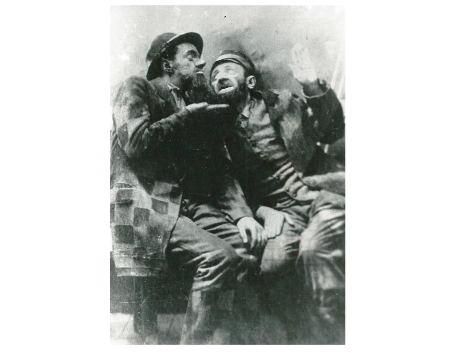 Второй еврей (слева), «Это враки!», 1921. Первая роль Зускина
