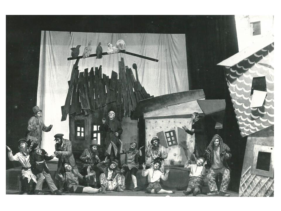 """סצנת נעילה ב-""""מסעות בנימין השלישי"""", 1927. מימין: ראשון – זוסקין-סנדריל, מאחוריו – מיכאלס-בנימין-השלישי, שישית – ברקובסקיה-בחור-העיירה. עיצוב הבמה והתלבושות – ר' פאלקמ"""