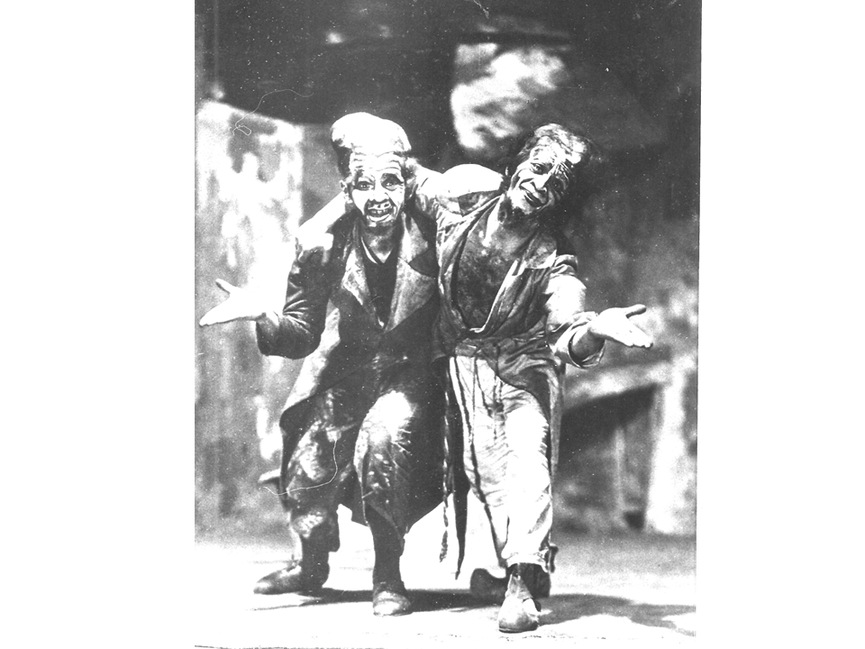 """זוסקין (בצד שמאל) ומיכאלס כבדחנים  ב-""""בלילה בשוק הישן"""", 1925"""