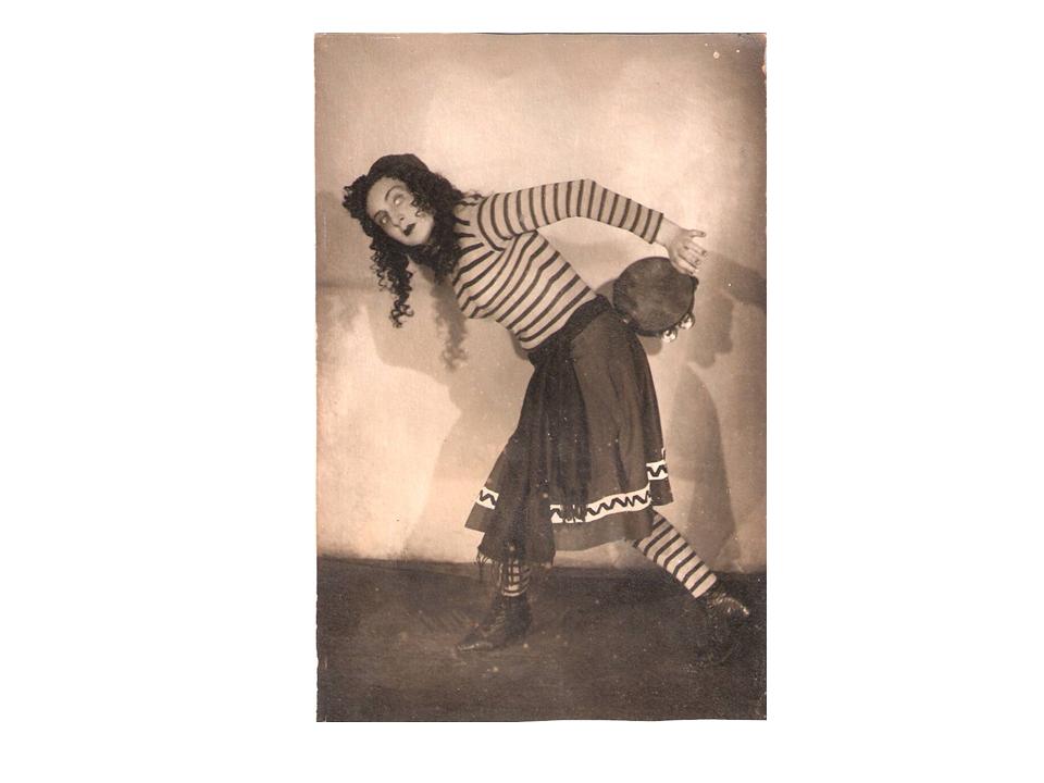"""רקדנית שוק ב-""""המכשפה"""", 1948"""