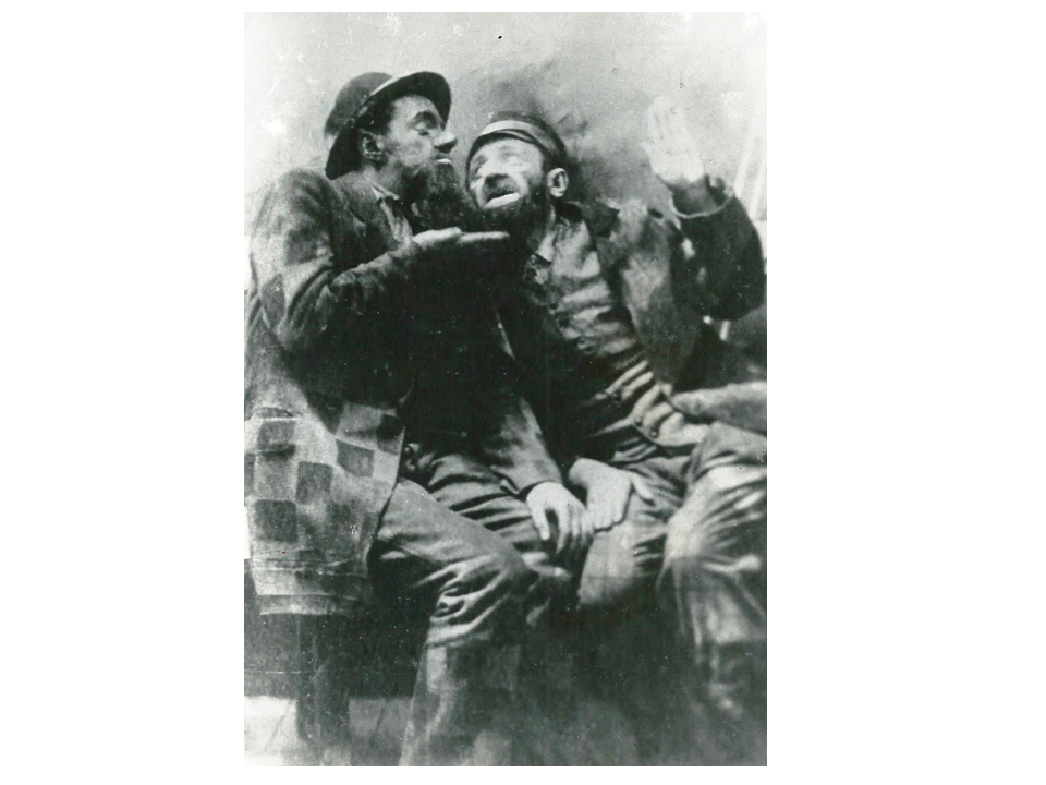 """התפקיד הראשון: היהודי מקלומיה, (בצד שמאל) ב-""""זה שקר!"""", 1921"""