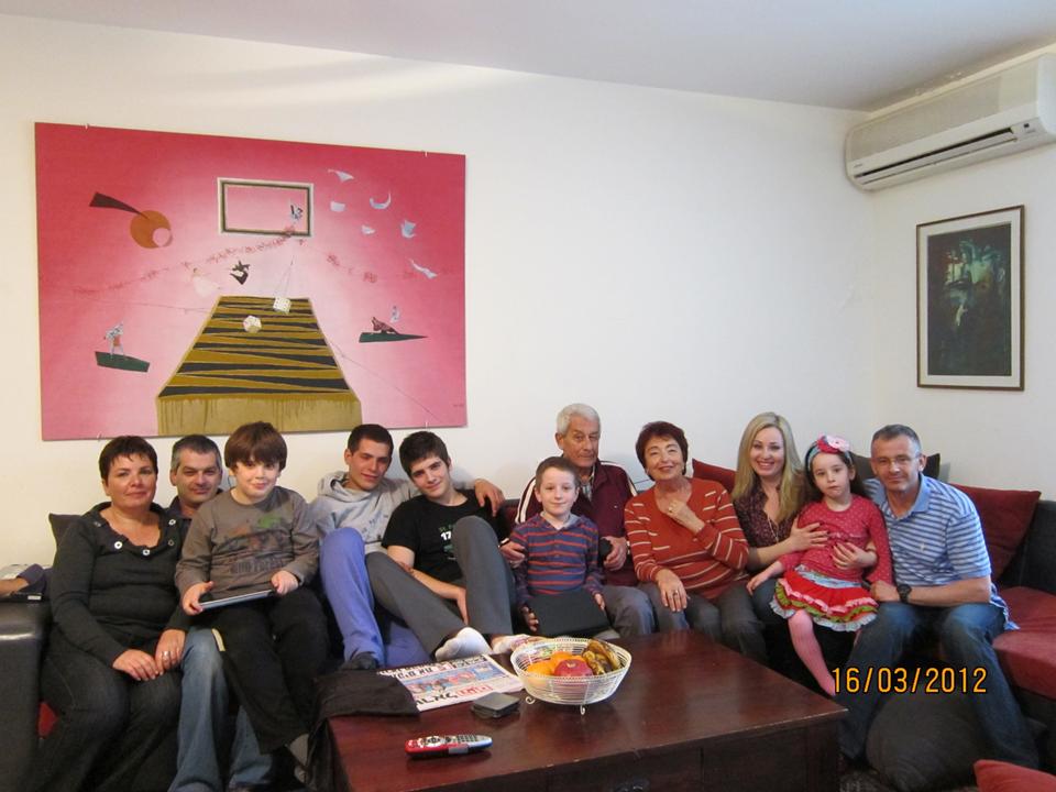 משמאל: כלתי תמי, הבן שלי אלכס ושלושת הבנים שלהם – שחר יונתן ואורי. מימין: הבן שלי בני, כלתי אנה ובתם לולה ביניהם, אני, בעלי, בנם של בני ואנה דניאל