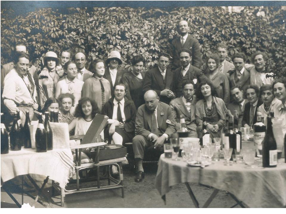 אנשי התיאטרון אצל מרק שאגאל, פרבר פריז, 1928. עומדים: ראשונים מימין – שאגל וזוסקין, שישי משמאל – מיכאלס; יושבים, מימין: שנייה – ברקובסקיה (אמי לעתיד), חמישית – בלה שאגאל, שביעי – מייסד התיארטון גרנובסקי
