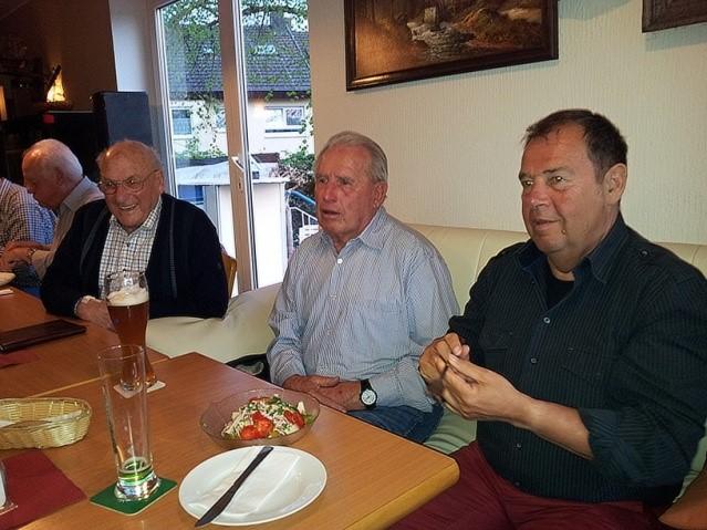 Reinhold gefällts, Günter und Jürgen hören aufmerksam zu.