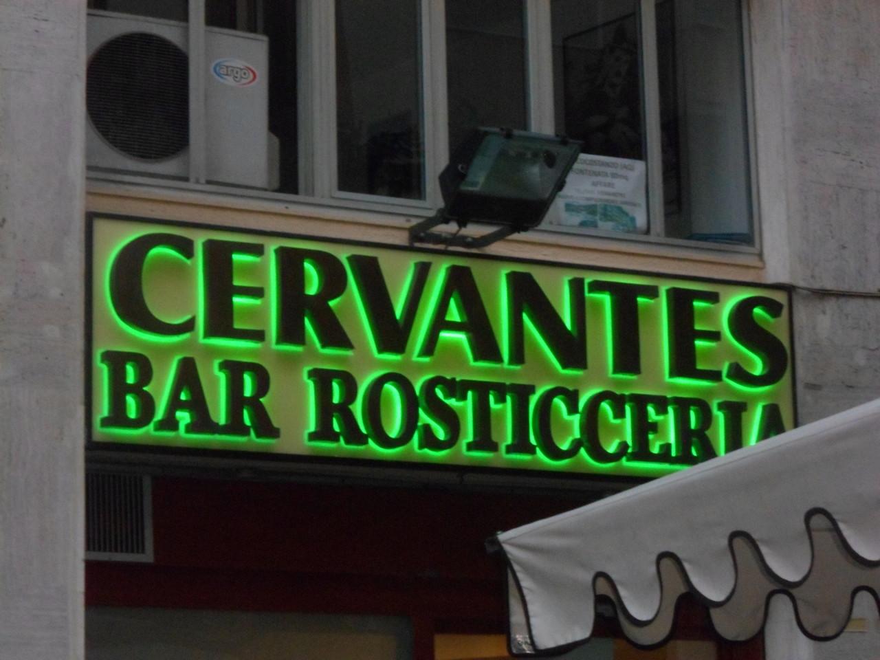 Bar en la calle Cervantes de Nápoles, Italia
