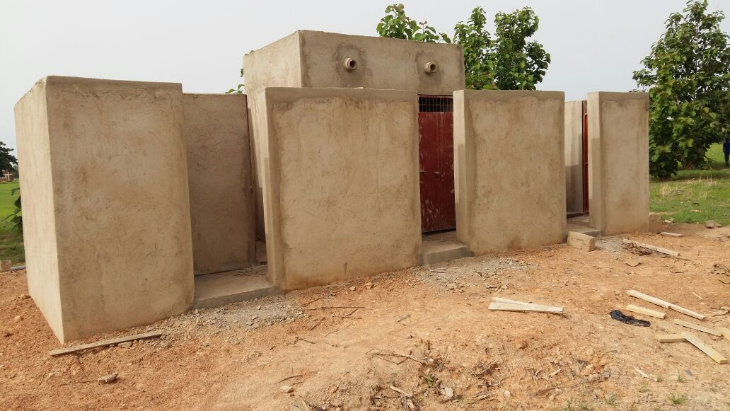 Bâtiment comportant 4 latrines et 2 douches
