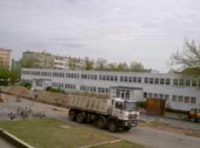 Die Straße vor der Schule