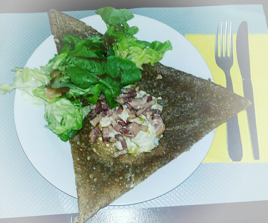 Crêpe chèvre/fondue de poireaux/salade
