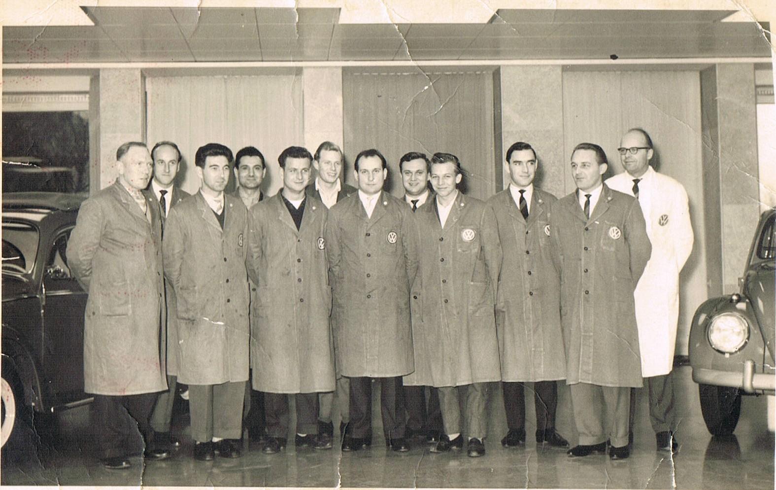 Bernhards jüngster Sohn Ernst Duvenbeck, hier in der Mitte bei einer VW-Schulung, übernimmt die Tankstelle, macht 1960 seinen Kfz-Meister und schließt noch im selben Jahr den Vertrag mit VW.