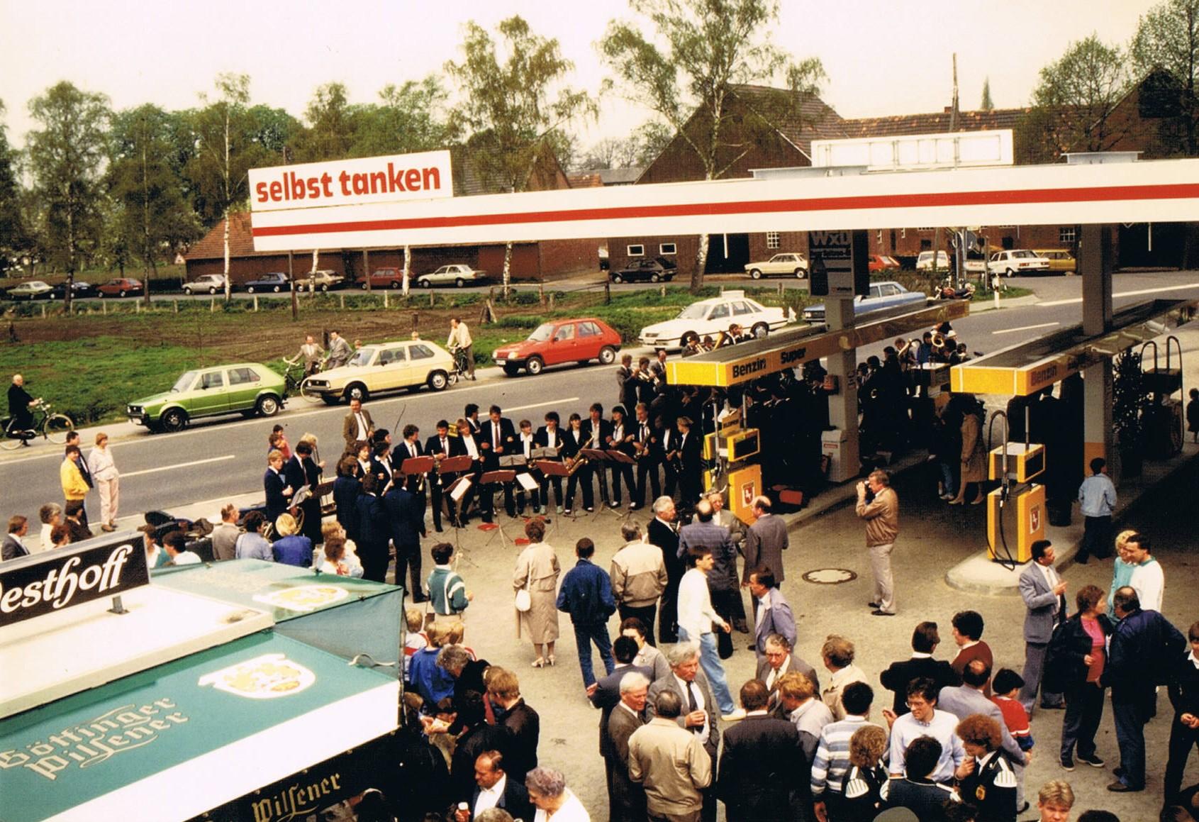 Immer wieder finden Modernisierungsmaßnahmen statt. In den späten 80ern tritt Ernsts Sohn Jürgen Duvenbeck in das Unternehmen ein. Das Foto zeigt die Feier zum 25-jährigen Bestehen im Rahmen des Dingdener Frühlingstreffs.